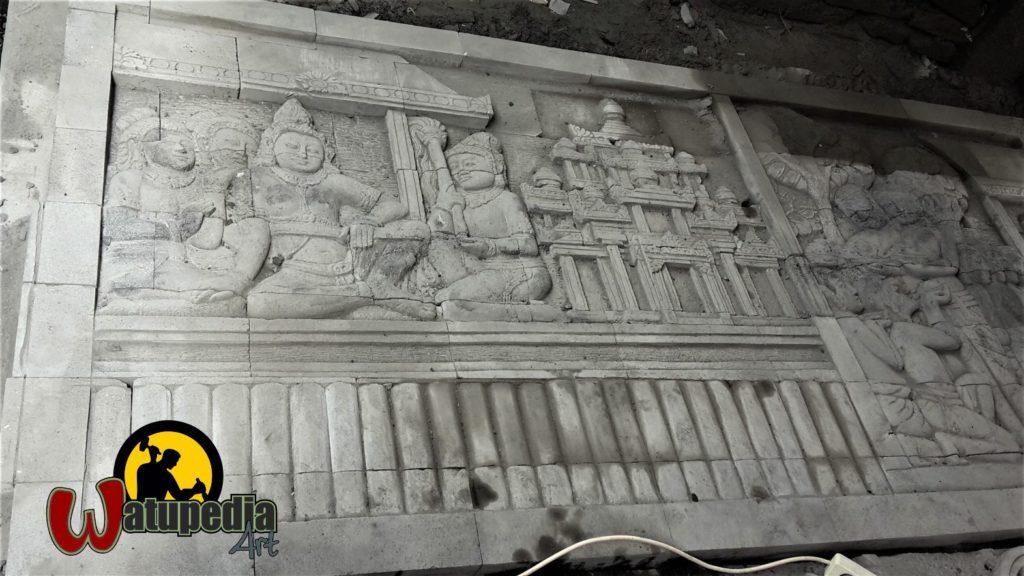 Bahan yang digunakan untuk pembuatan Replika relief dinding lorong Candi Borobudur ini adalah batu candi, yaitu batu yang digunakan orang-orang pada jaman dahulu sebagai bahan pembuat candi dan bangunan bangunan suci.