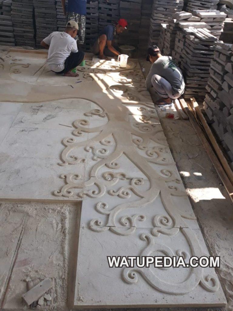 Berbeda dengan cara pengerjaan relief batu candi, relief batu paras jogja ini memiliki tekstur yang empuk, sehingga pengerjaannya cukup menggunakan alat pahat kayu