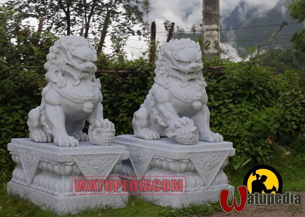 Sepasang patung singa samsi ini  jantan dan betina, yang jantan di kiri pintu, kakinya menginjak bola. Sedangkan yang betina di sebelah kanan posisinya menginjak singa kecil anaknya.