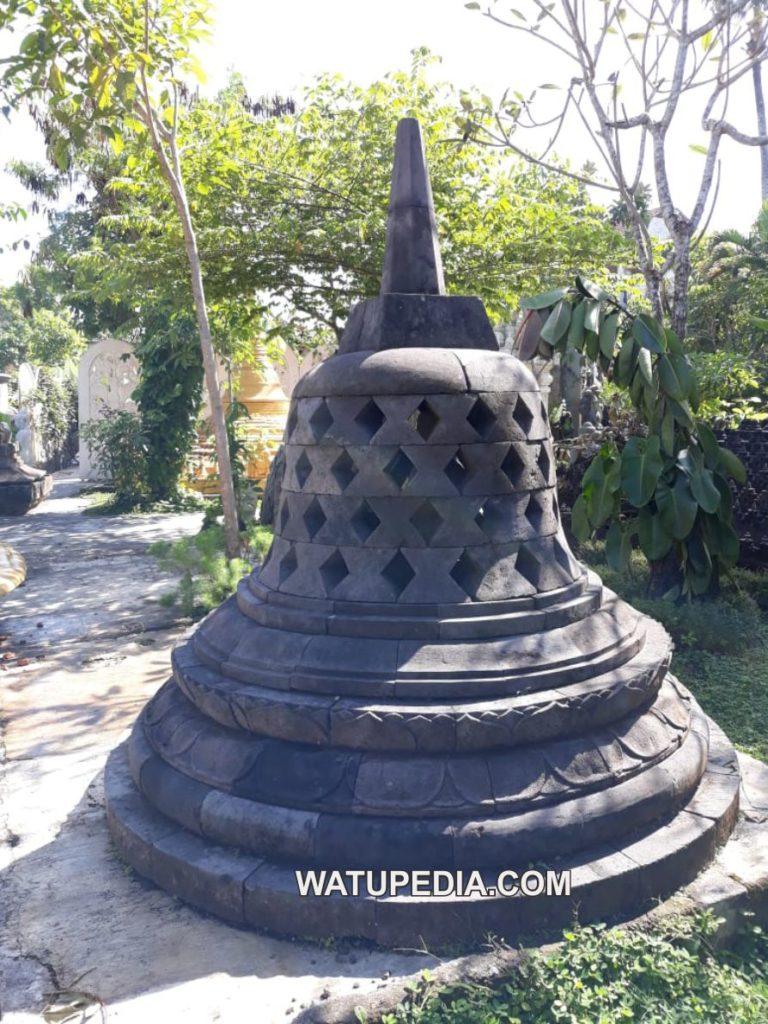 Replika Stupa Candi Borobudur batu lava