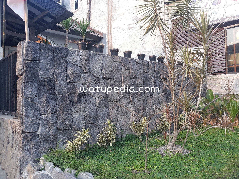 dinding pagar  ini bentuknya natural dan artistik.