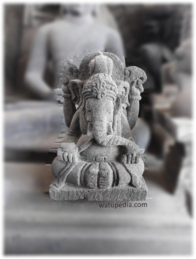 Patung Ganesha batu candi ini terbuat dari batu candi solid bukan semen atau cor-coran. Bentuknya khas seperti yang terdapat pada candi Prambanan, Khas jawa. Patung ganesha ini sebagai mana patung jawa kuno lainnya memiliki gesture yang kalem dan tenang.